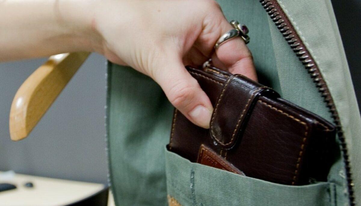 Женщина в Тверской области украла кошелек у пьяной матери