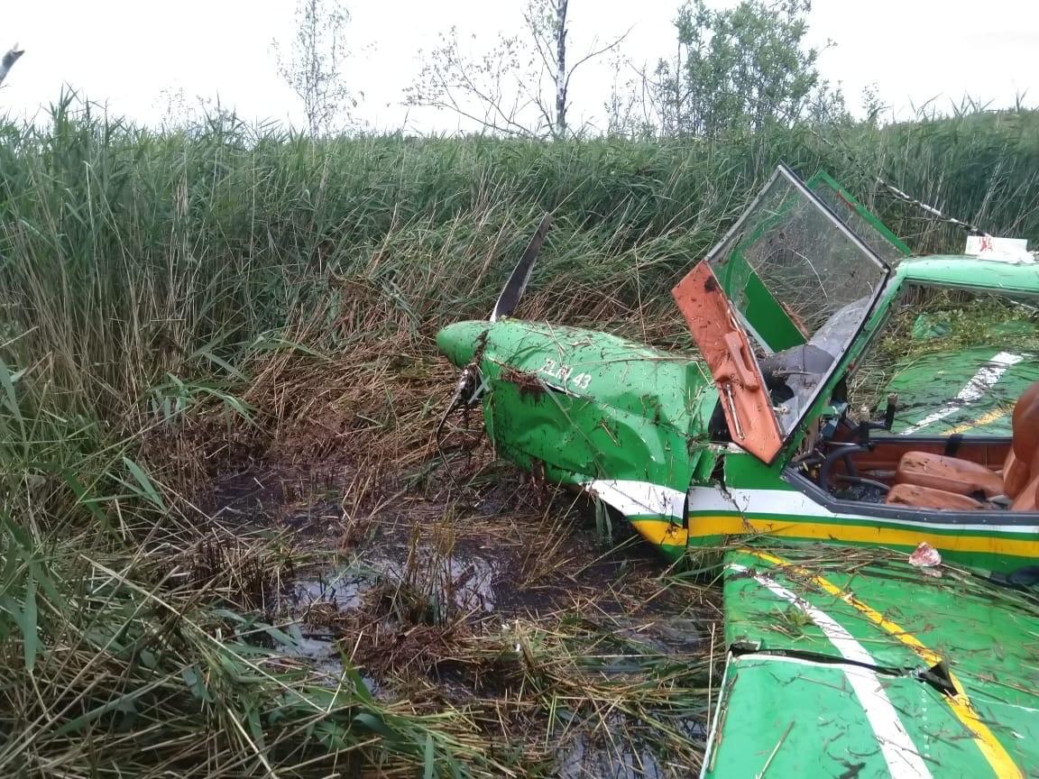 Опубликованы фото с места жесткой посадки самолета в Тверской области