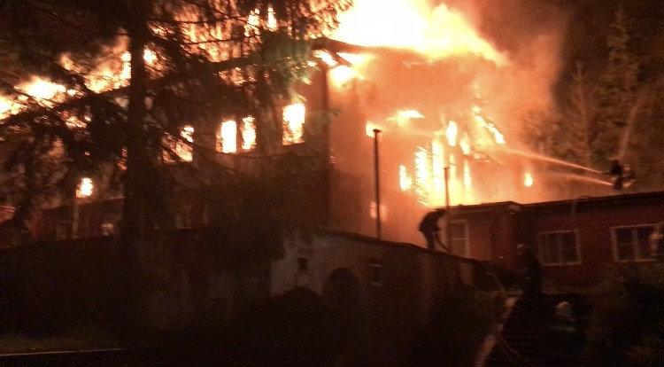 Опубликованы фотографии пылающего в Тверской области дома, который тушили всю ночь