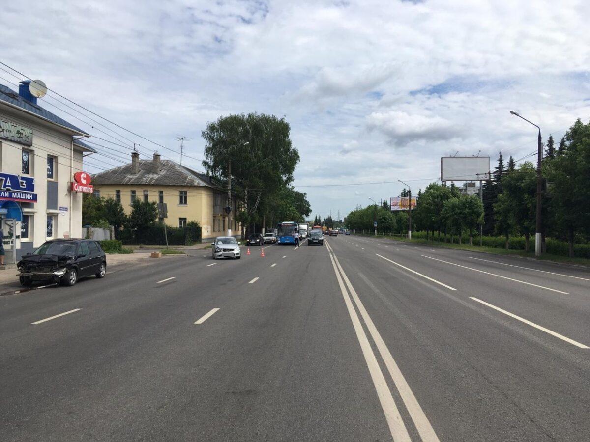 Водитель в Твери не успел проскочить перед компактвэном, пострадала пожилая женщина