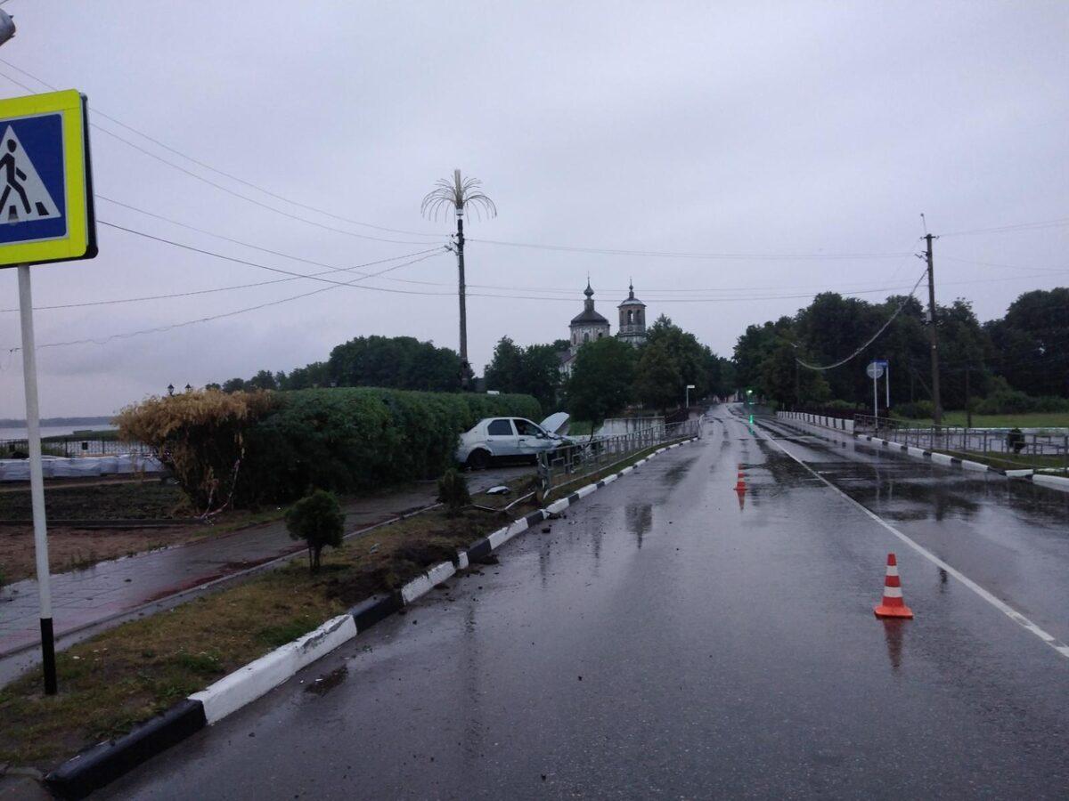 Пьяный водитель снес ограждение и вылетел на тротуар в Тверской области