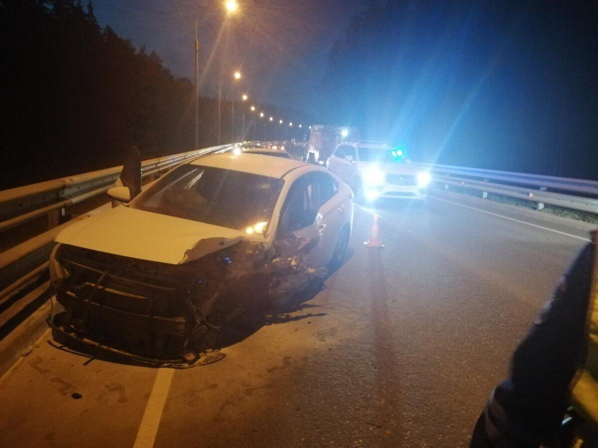 После лобового столкновения в Тверской области машина вылетела на пешеходов