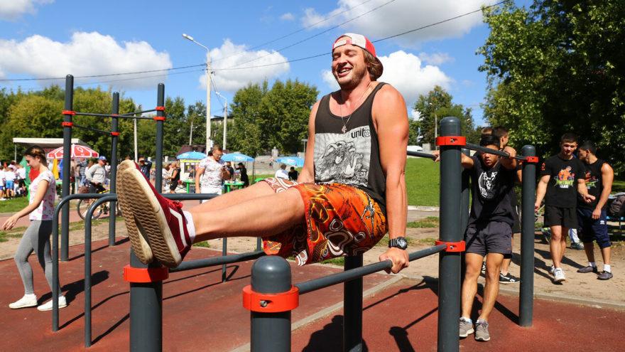 Тверь отмечает День физкультурника: волейбол, гребля и конные скачки