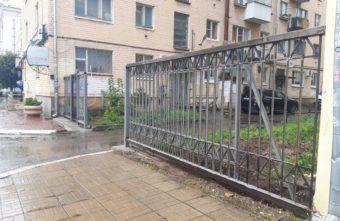 Жители домов в центре Твери решили оградить дворы от посторонних