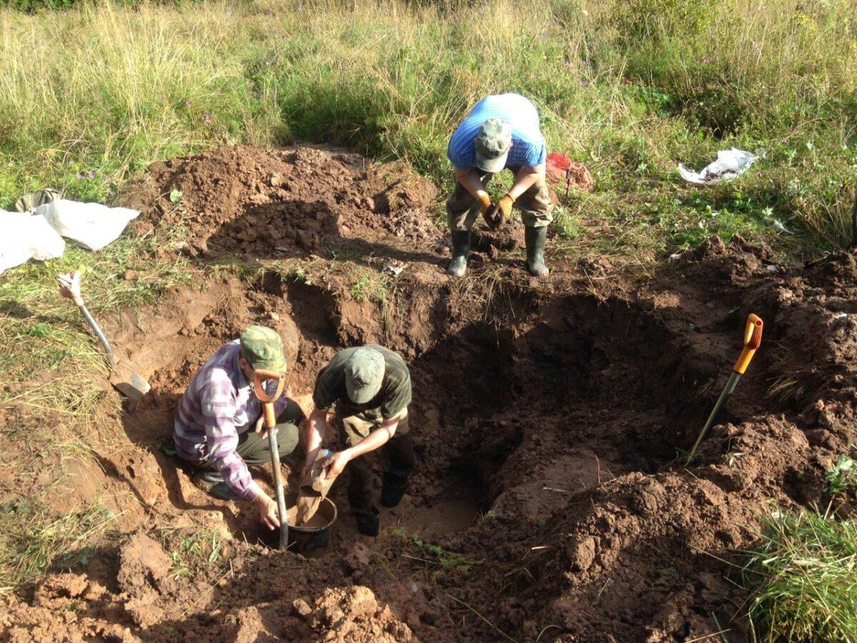 Под слоем мусора и глины тверские поисковики нашли захоронение солдат