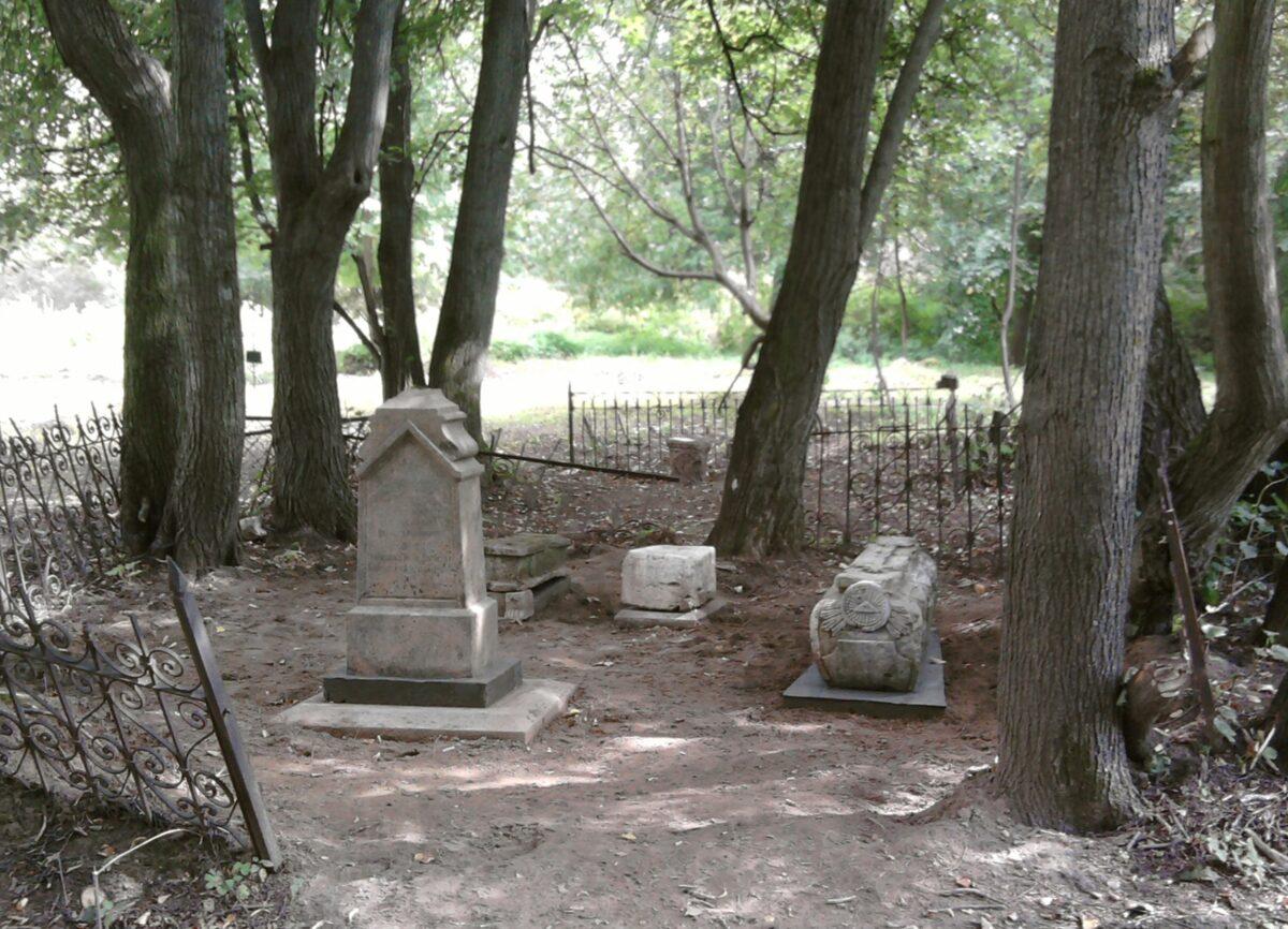 Энтузиасты восстановили памятники на древнем кладбище в Твери