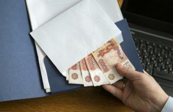 В Тверской области директор положил в папку начальнику полиции 100 тысяч