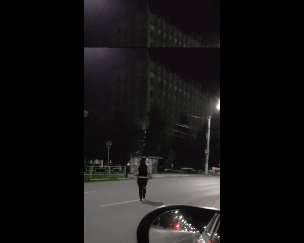 Ночью в Твери водитель подобрал на дороге неадекватную босоногую девушку