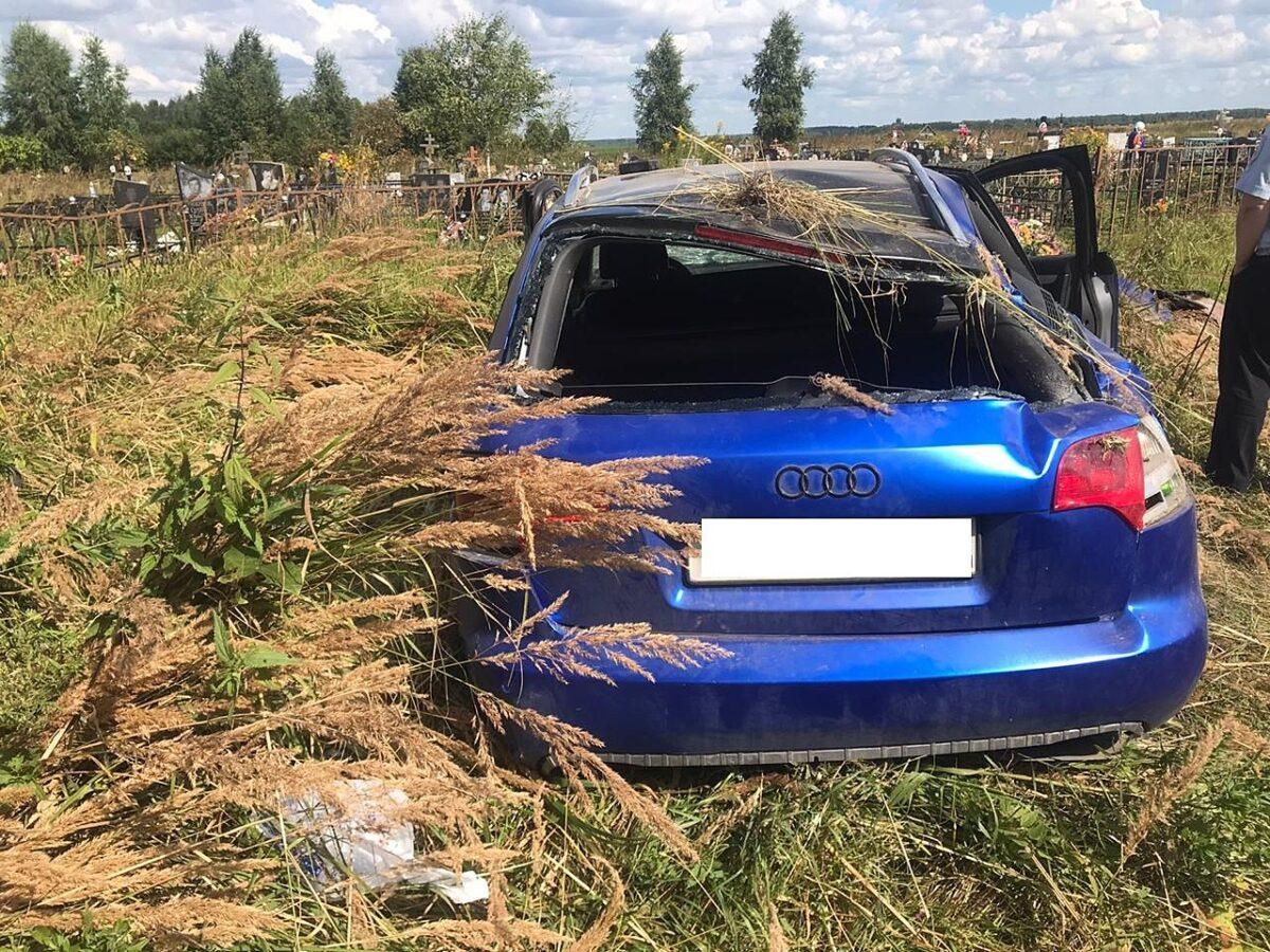 Пьяный водитель перевернулся около кладбища в Тверской области