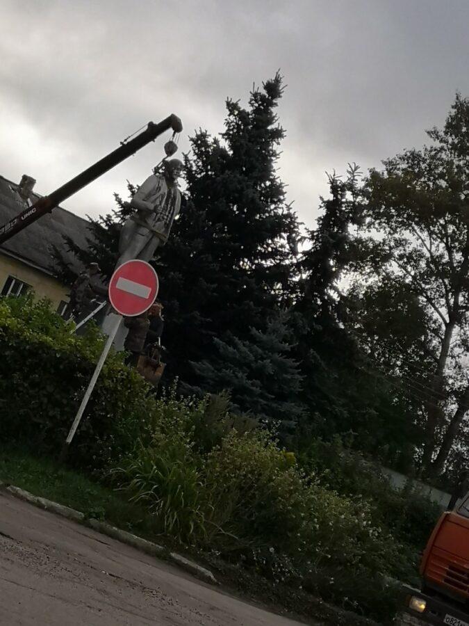 В Калязине Тверской области краном демонтировали памятник Ленину