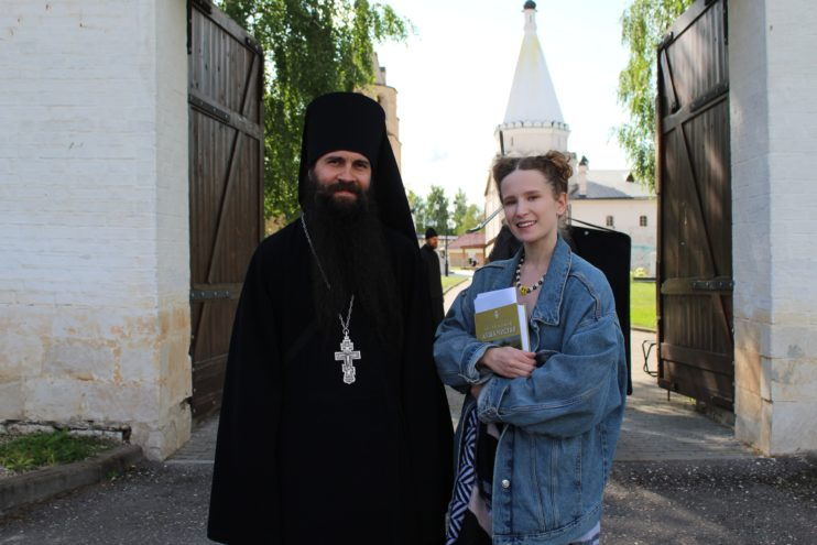 Отец Паисий из Тверской области взял интервью у Монеточки