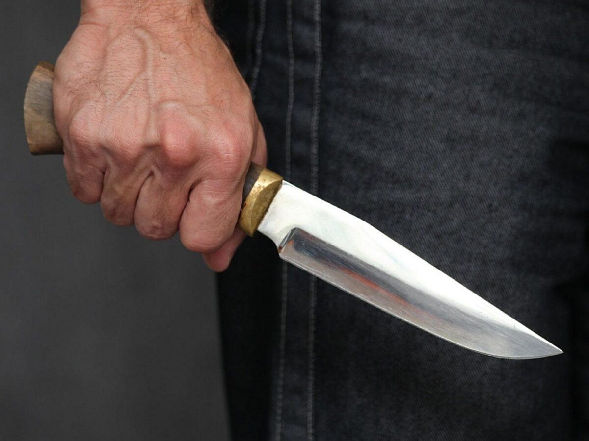 Пьяный мужчина ударил мать ножом в глаз в Тверской области