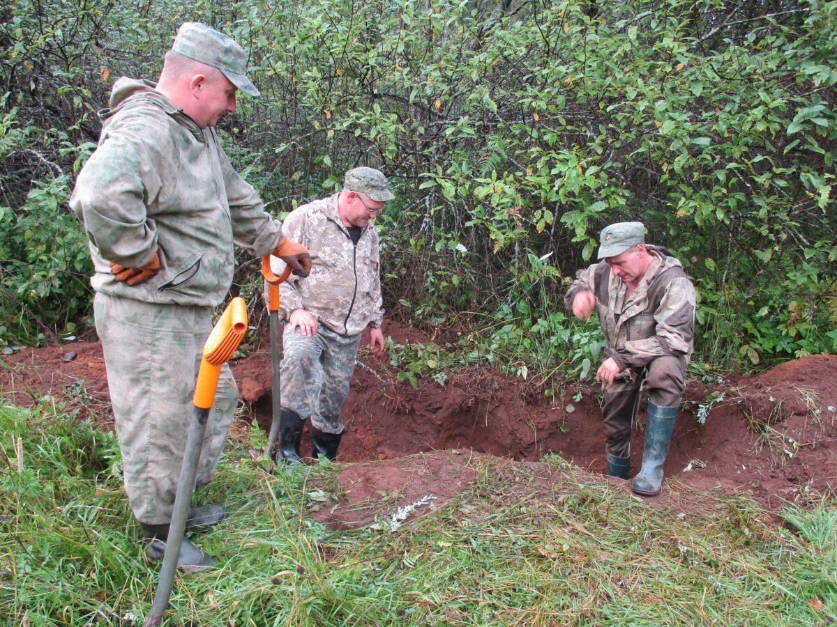 Тверские поисковики нашли останки солдата с насквозь пробитой осколком фляжкой
