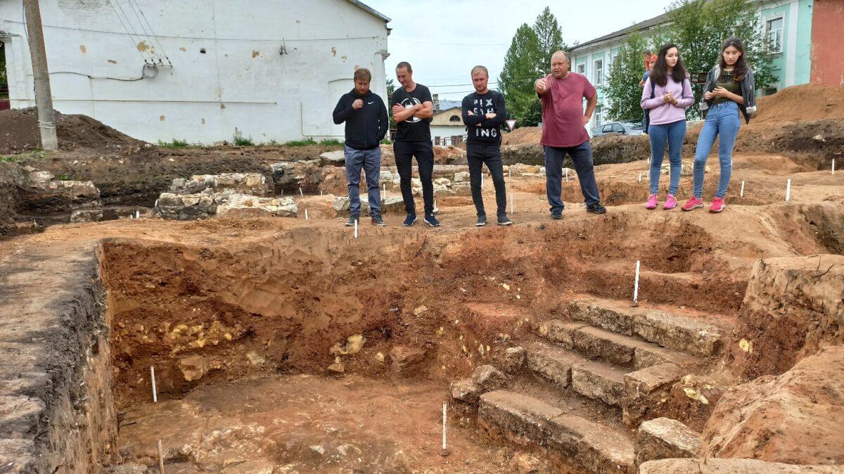 Археологи нашли в Тверской области глиняные свистульки и основание крепостной башни