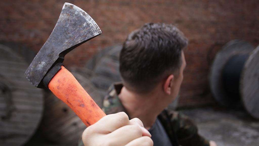 Мужчина грозил зарубить топором человека в Тверской области