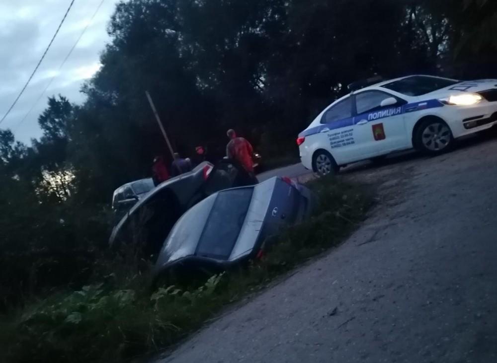Две легковушки вылетели в кювет после столкновения в Тверской области
