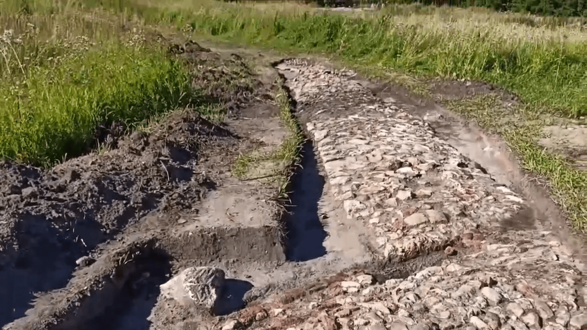 В Тверской области откопали две каменные мостовые XIX века