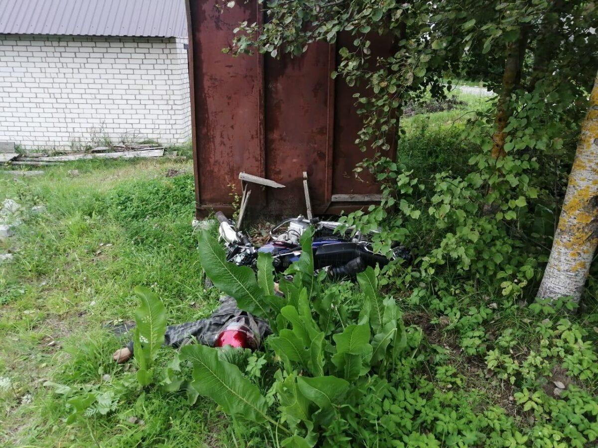 В столкновении с контейнером под Тверью погиб мотоциклист