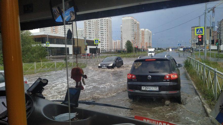 В Тверской области валит деревья и затапливает улицы