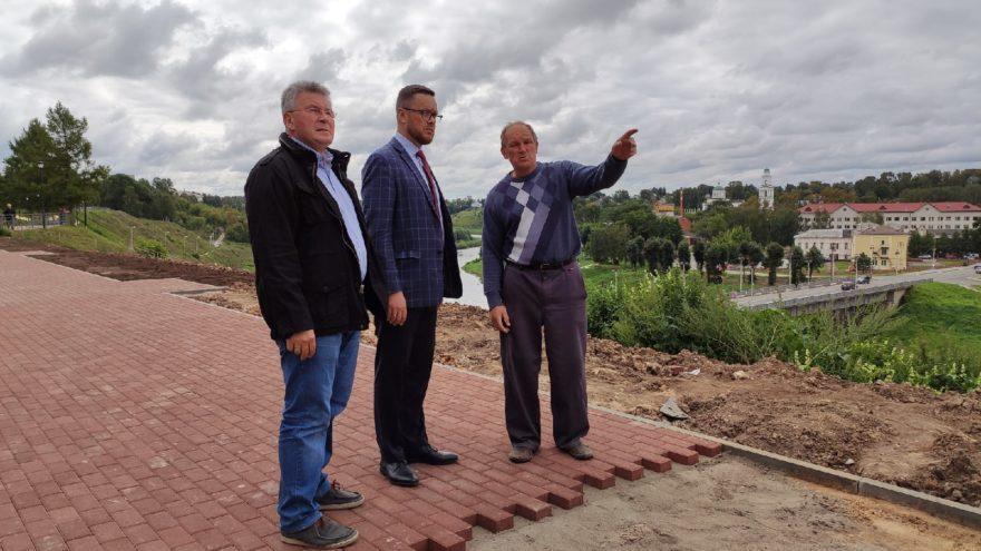 Роман Крылов и Андрей Белоцерковский посетили Аллею Героев во Ржеве