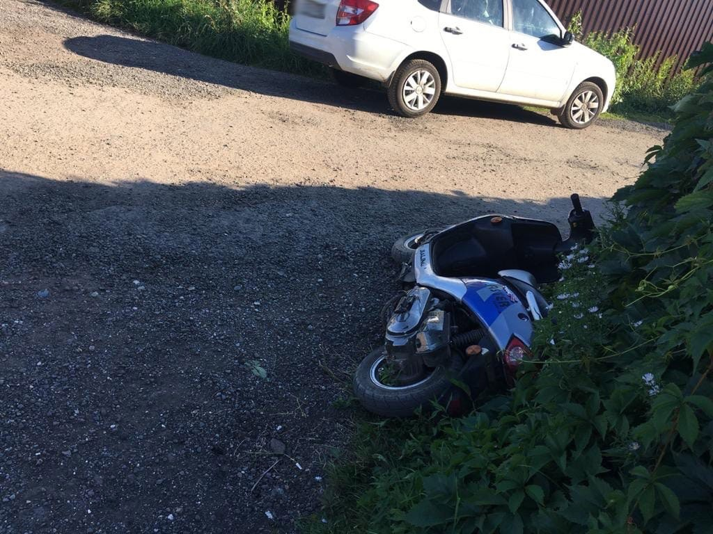 13-летний водитель скутера госпитализирован в больницу после ДТП в Тверской области