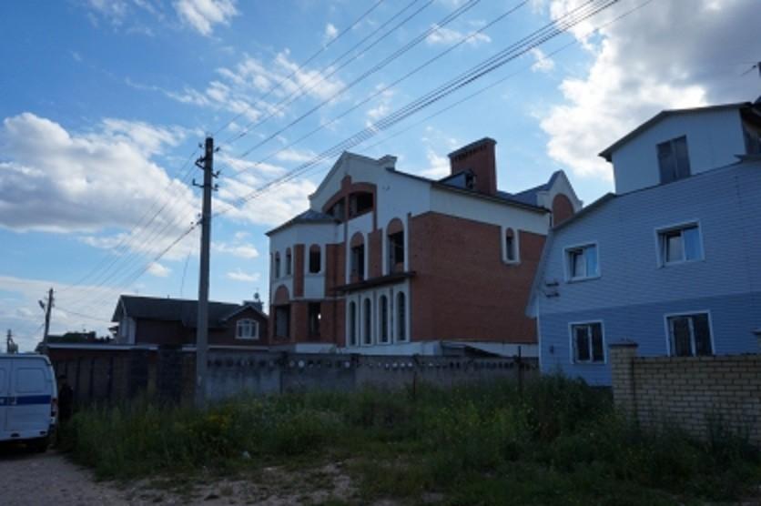 11-летний мальчик упал с крыши заброшенного дома в Твери