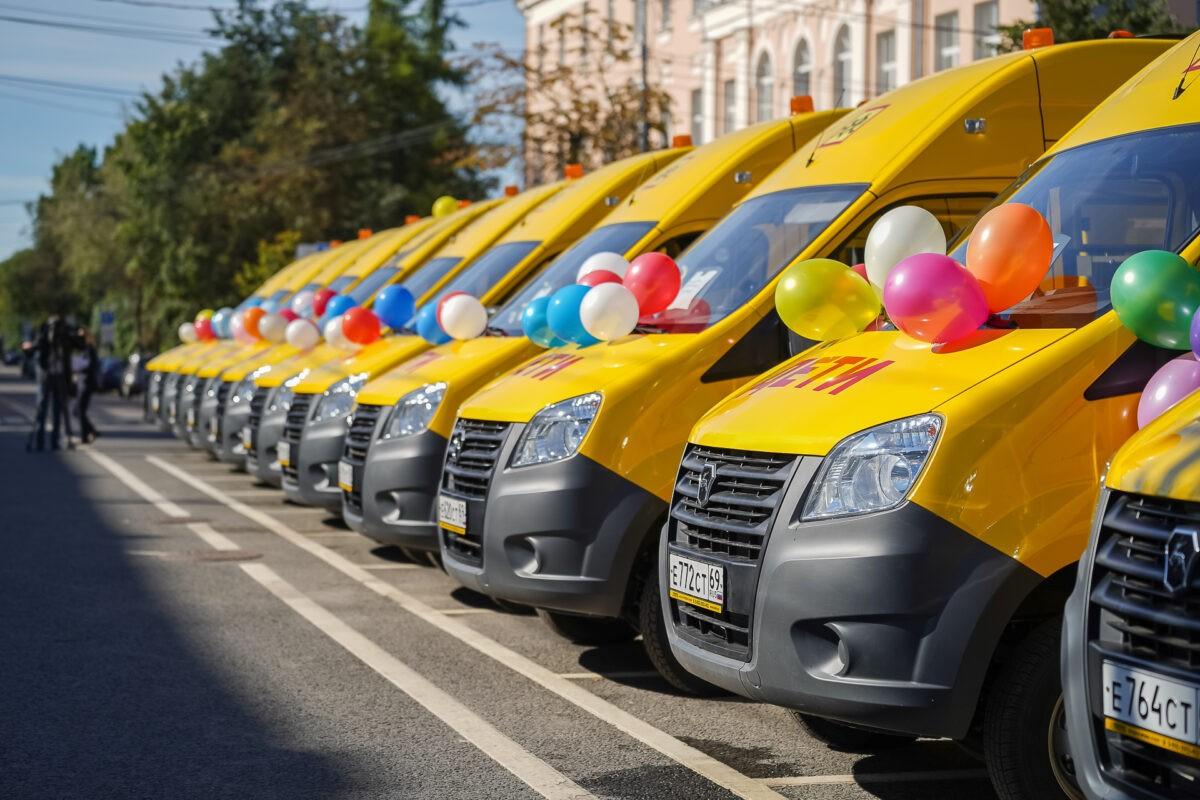 Школы Тверской области получили автобусы с мигалками и громкоговорителями