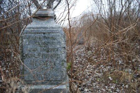 На древнем тверском кладбище поднимали памятники из могил