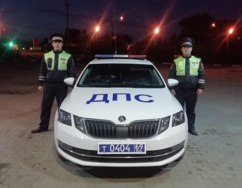 Госавтоинспекторы помогли водителю, который остался без топлива посреди трассы в Тверской области