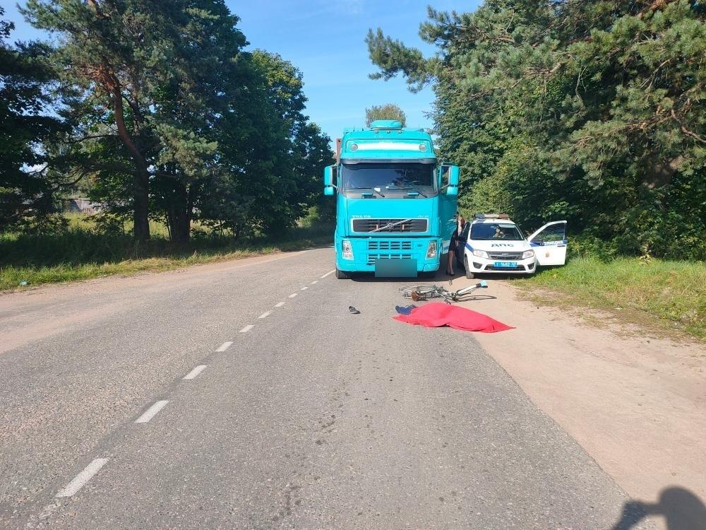 Тяжелый грузовик в Тверской области насмерть сбил велосипедиста