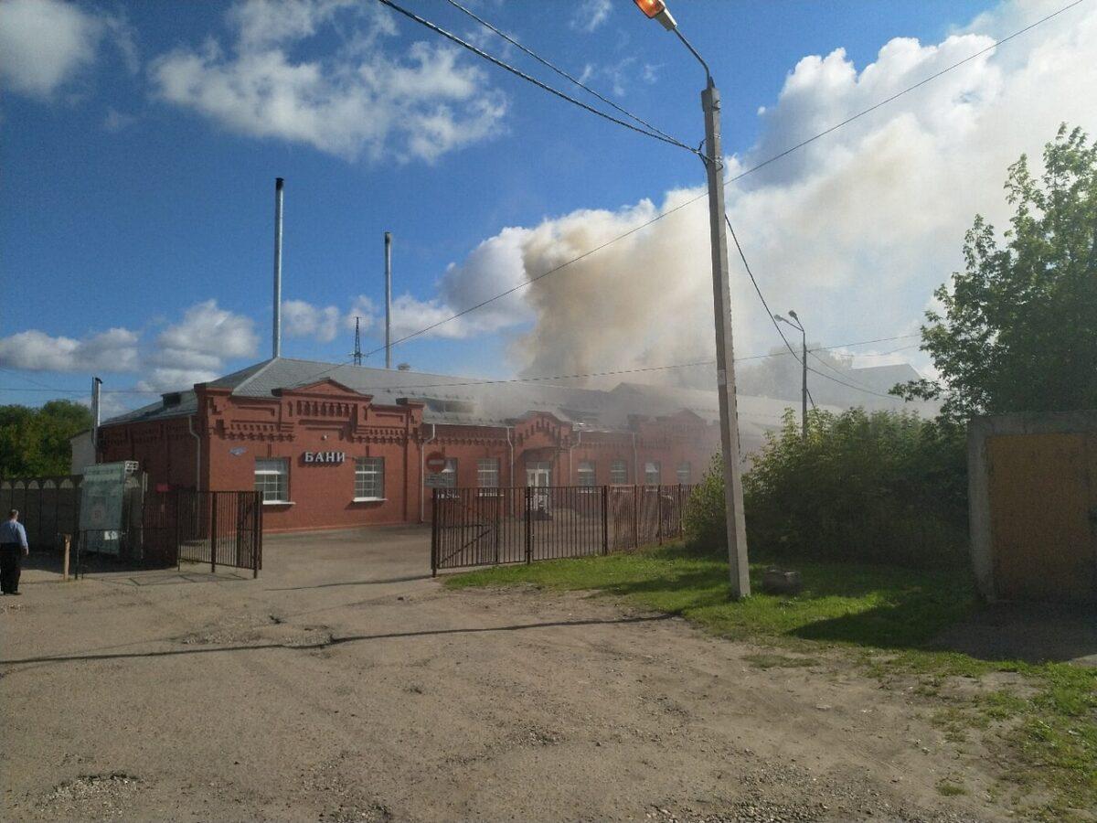 В Твери потушили загоревшийся банный комплекс