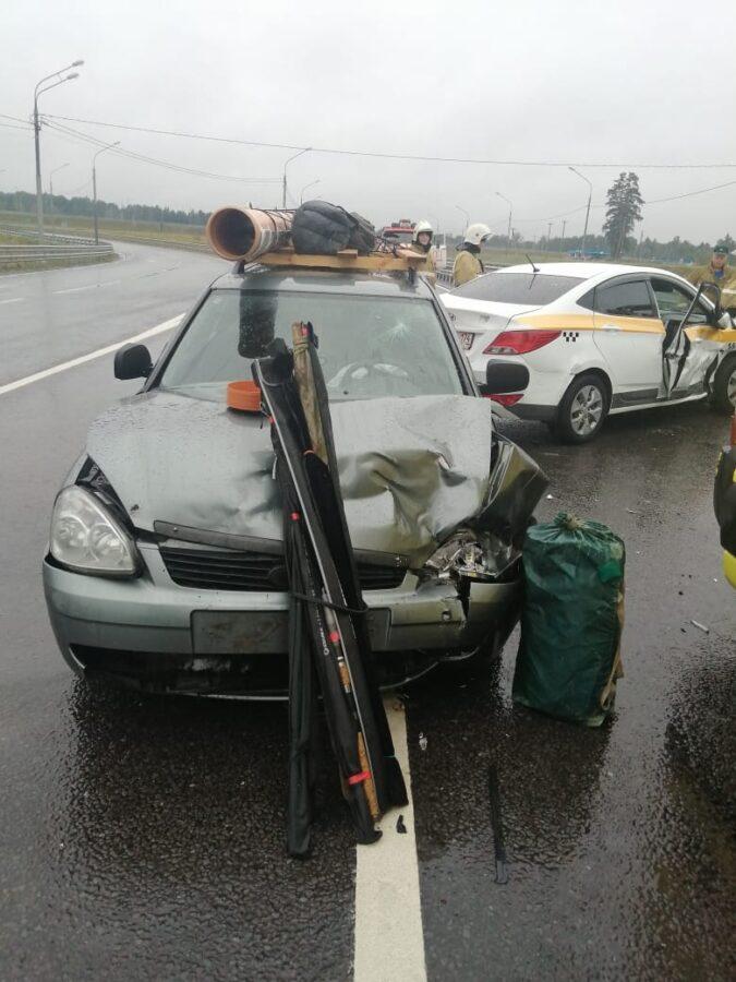 Два человека пострадали в большой аварии при съезде с М-11 под Тверью