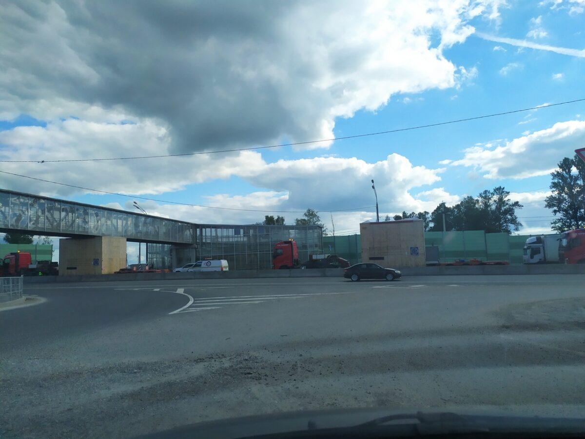 На трассе М-10 под Тверью большегруз застрял под мостом, устроив пробку