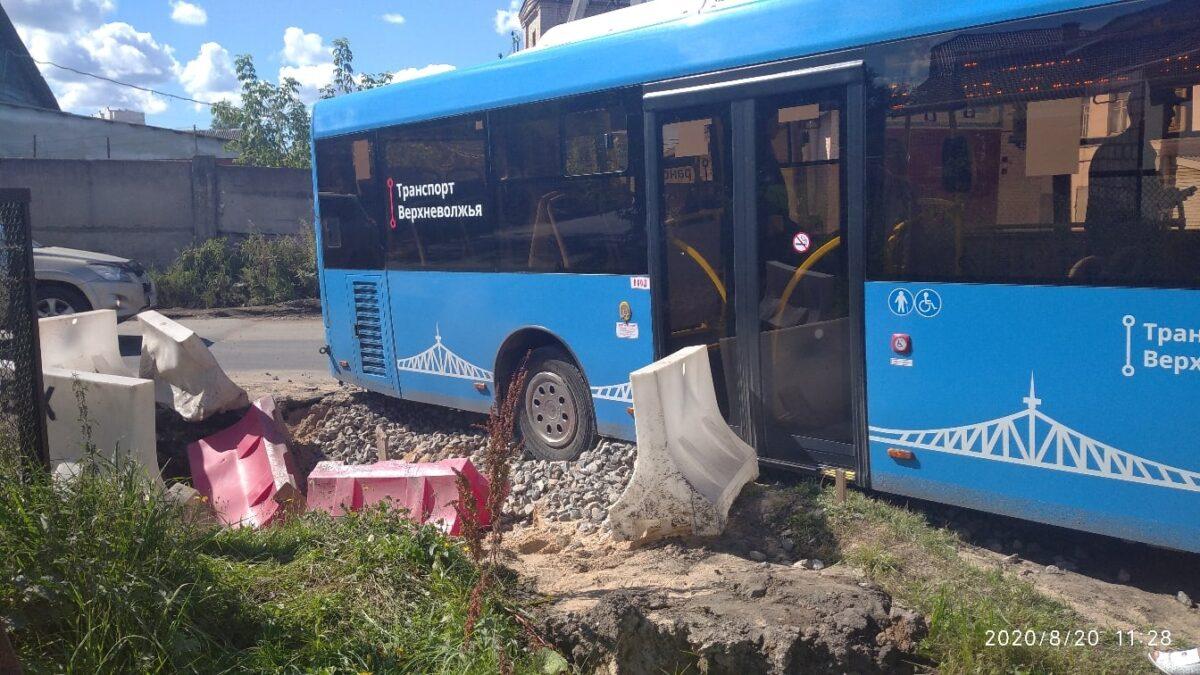 В Твери автобус провалился колесом в яму с щебнем