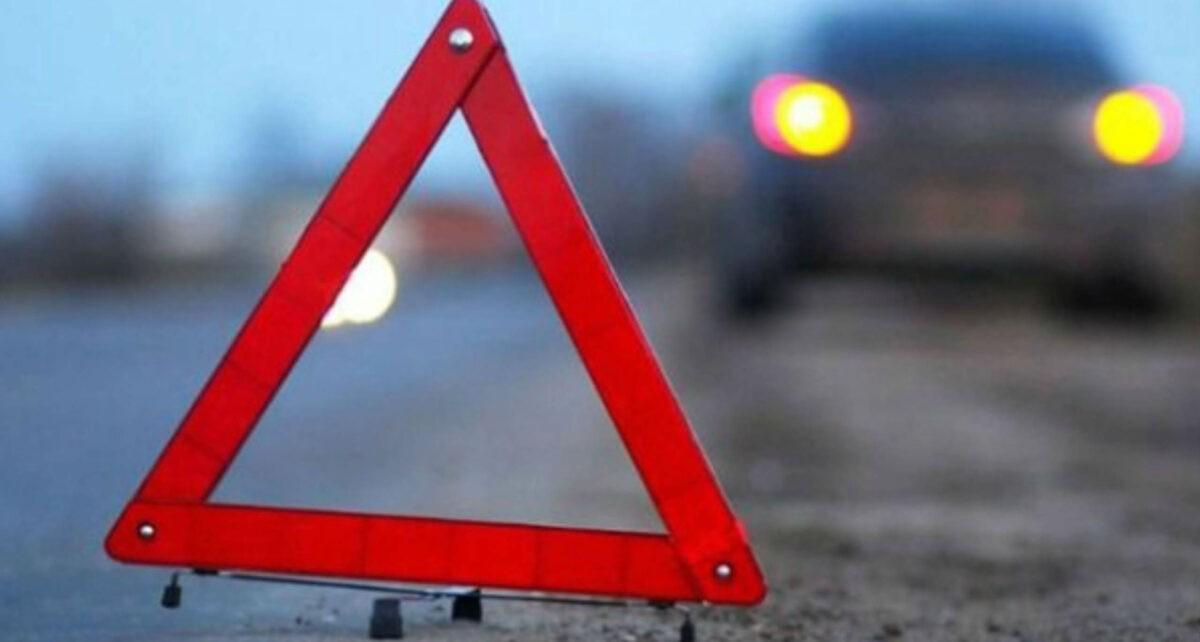 В Твери неадекватный водитель врезался в дорожный знак