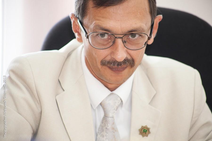 На главу Оленинского района Олега Дубова напали в рабочем кабинете