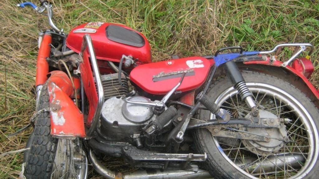 12-летний мотоциклист сломал ногу, врезавшись в грузовик в Тверской области