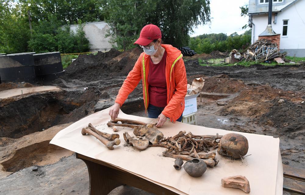Археологи откопали в Твери основание древнего храма и некрополь