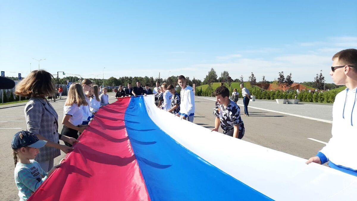 В Тверской области Ржевский мемориал окружили георгиевской лентой и развернули флаги
