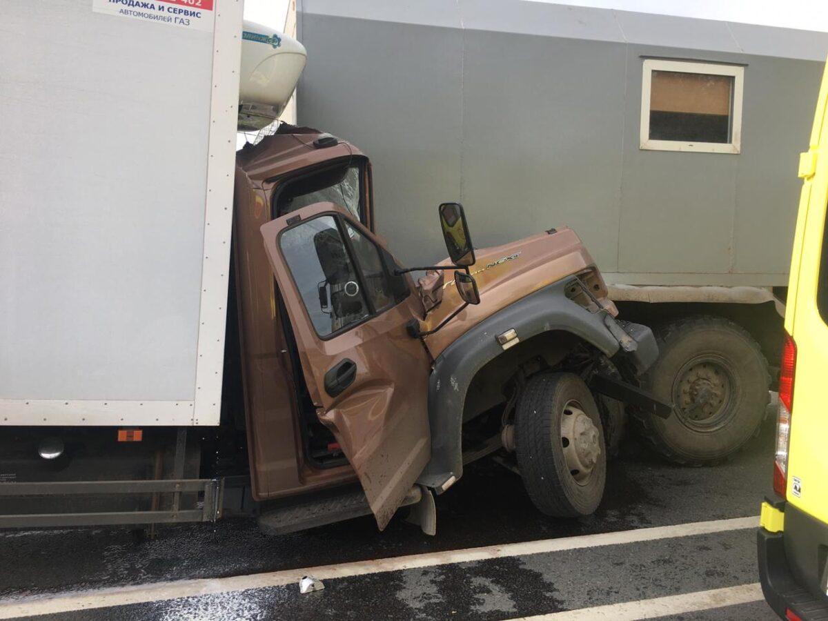 Один человек погиб и двое пострадали в столкновении грузовиков под Тверью