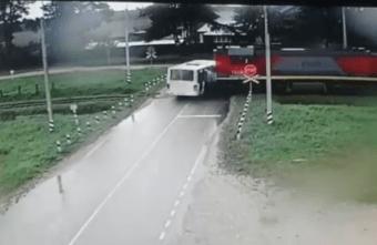 Опубликовано видео столкновения автобуса и тепловоза под Тверью