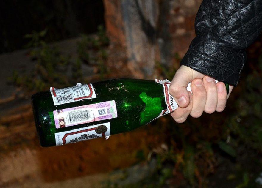Житель Тверской области оглушил бутылкой знакомую и хотел зарезать человека