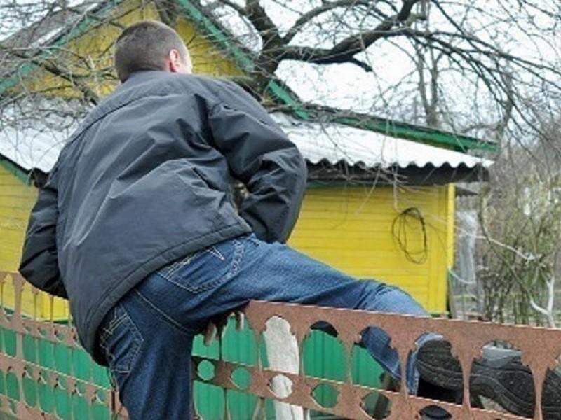 В Тверской области парни прокатились по полям и ограбили дачу