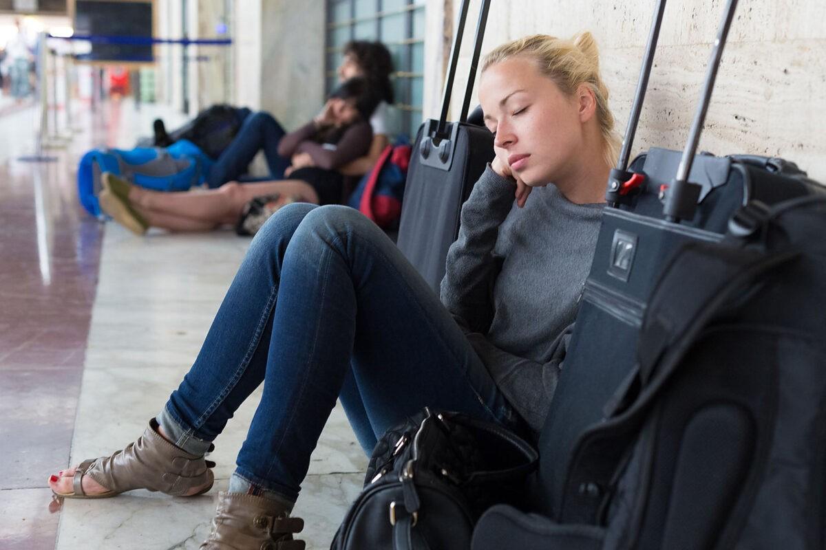 Появилось видео, как на тверском вокзале ограбили спящую пассажирку