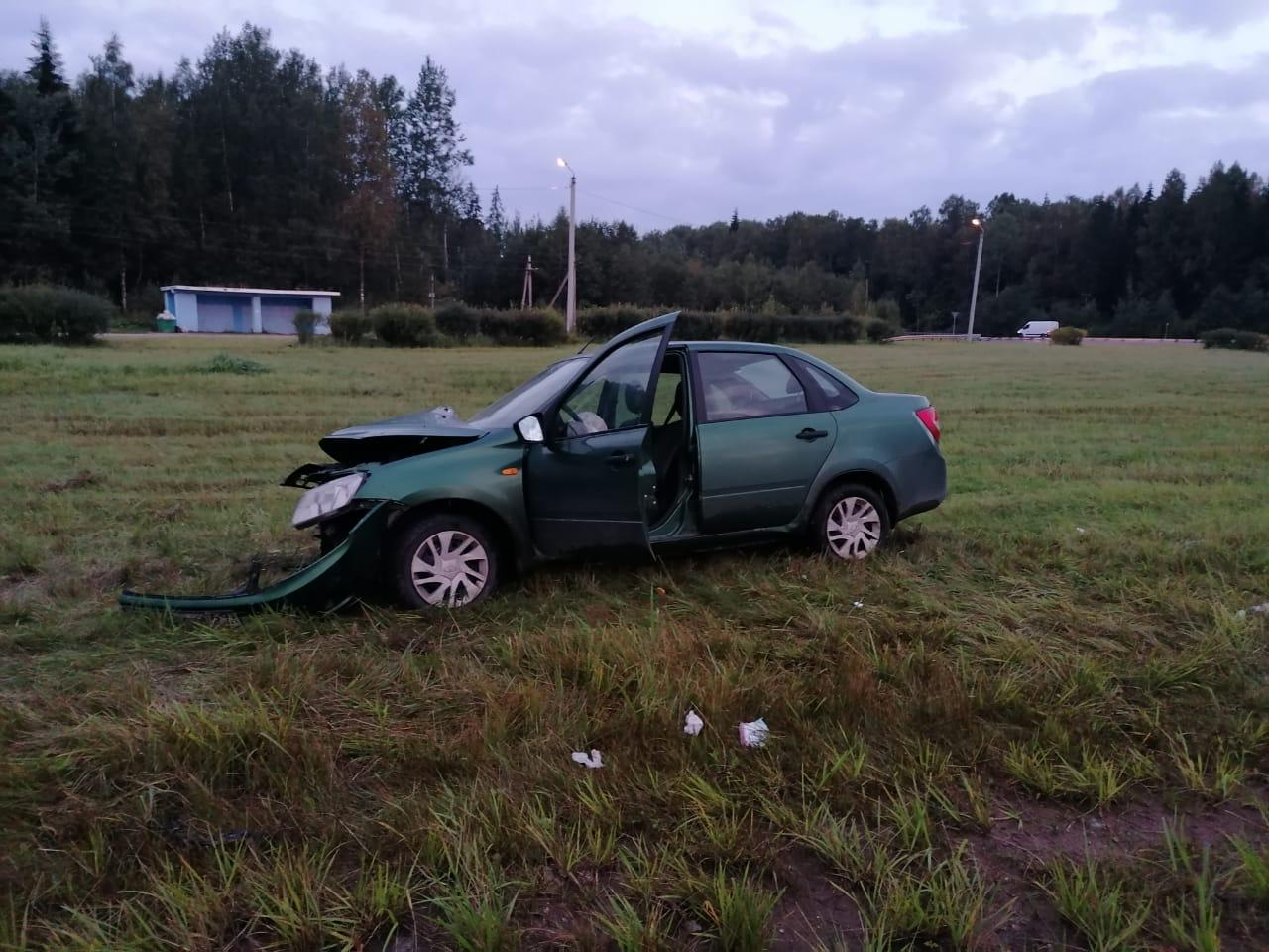 На затяжном повороте водитель врезался столб в Тверской области