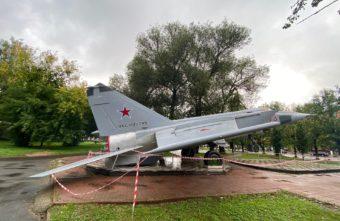 В Твери неизвестные чуть не опрокинули самолет в парке Победы