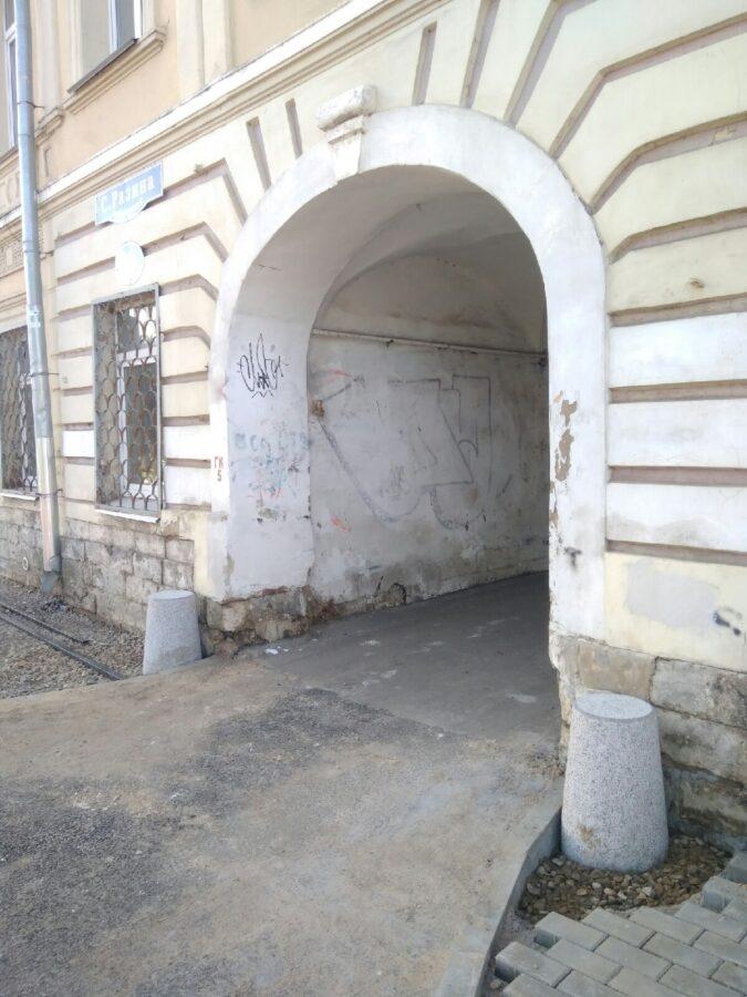 В Твери вместо старинных столбов-отбойников поставили несуразный новодел