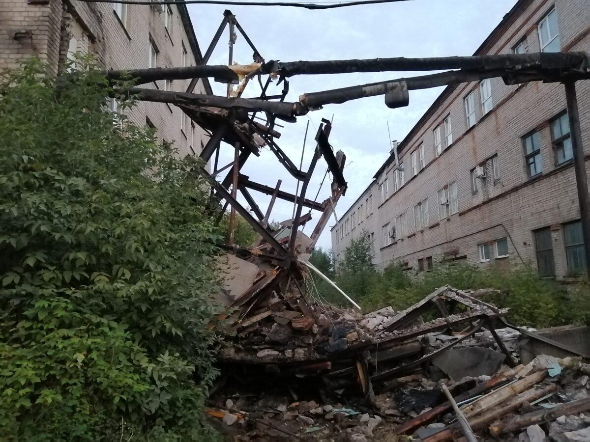 В Твери так и не убрали обломки рухнувшего аварийного перехода