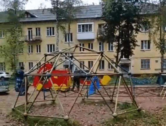 Чтобы взрослым было тихо, в Твери разобрали детскую площадку