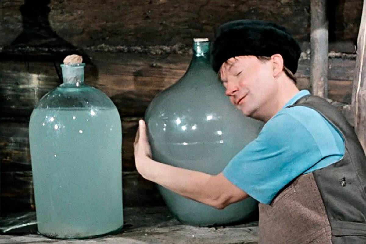 2600 литров опасного алкоголя изъяли у жителя Тверской области
